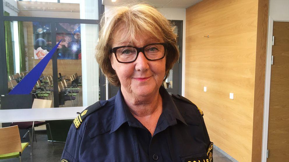 Kvinnlig polis i glasögon