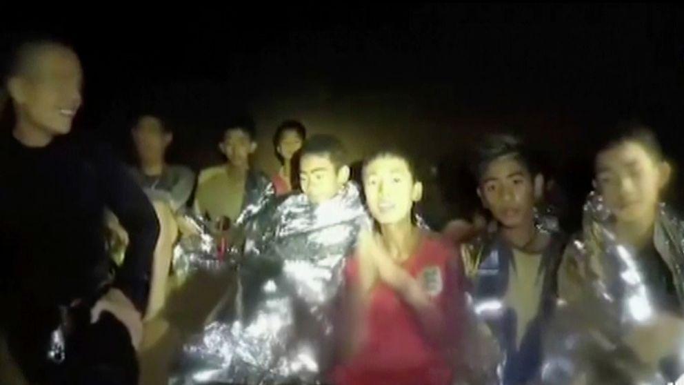 Pojkarna i grottan med Adul Sam-On i mitten