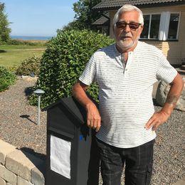 Pensionären Per-Olov Westman fick en arg lapp uppsatt på sin brevlåda på grund av sin gröna gräsmatta i Skummeslöv.