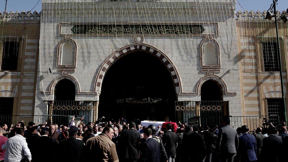Utanför en moské i Egypten.