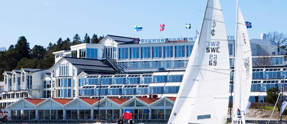Yachtklubb med segelbåt.