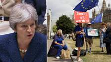Theresa May och pro-EU protester utanför parlamentet.