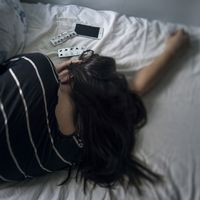 Kvinna i sängen.