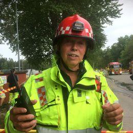 En bild på en räddningsledare i röd hjälm.