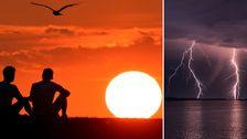 Personer vid solnedgång. Blixtar över hav.