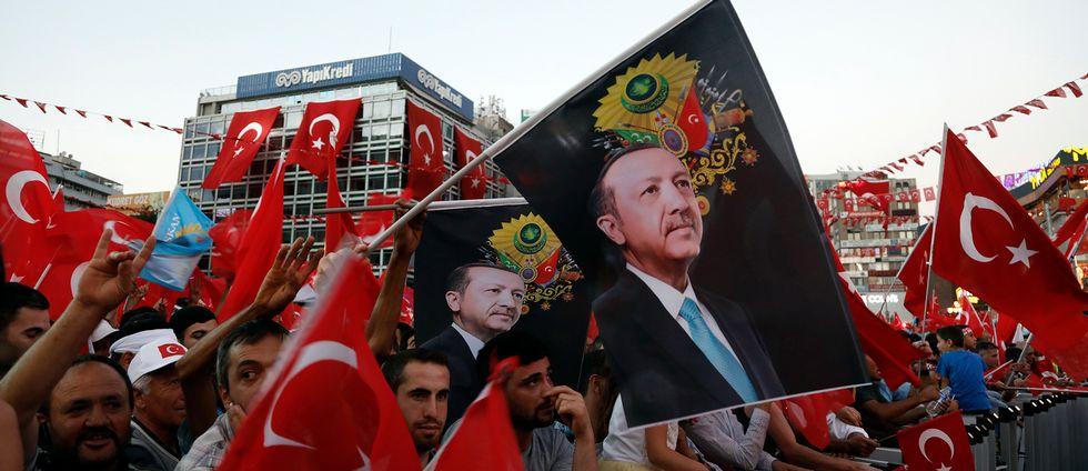 Anhängare till Erdogan demonstrerar med turkiska flaggor och Erdogan-bilder