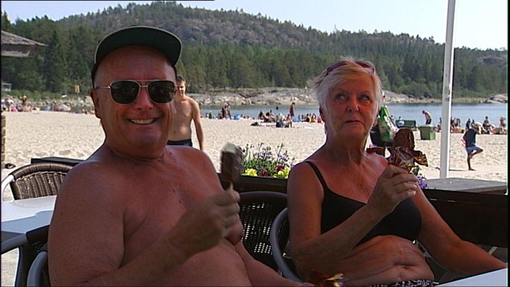 """Ulf Kjellman och Kristina Törnblad svalkade sig med glass på havsbadet Smitingen utanför Härnösand. """"Det börjar nästa bli för varmt"""", tyckte Kristina."""