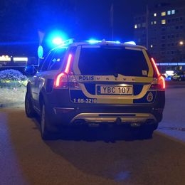 En polisbil och två poliser