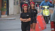 Libanesiska kvinnliga trafikpoliser i korta shorts, t-shirt och röd basker.