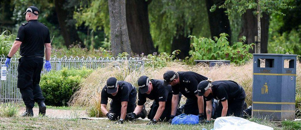 En park i staden Salisbury finkammas av poliser som utreder förgiftningarna med nervgiftet Novitjok.
