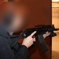 Den misstänkta kvinnan provskjuter ett vapen på en bild på sin Facebooksida.