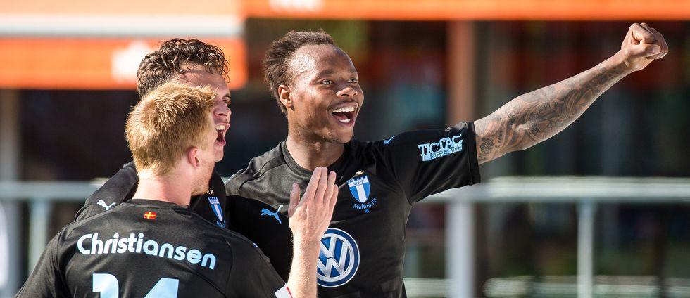 Carlos Strandberg jublar efter ett av sina två mål mot Örebro.