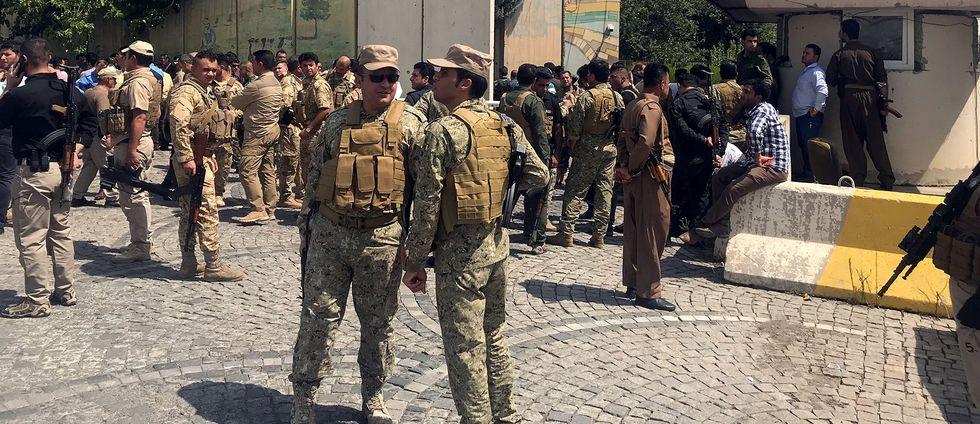 I Erbil i norra Irak har säkerhetsstyrkor omringat regeringsbyggnaden där beväpnade män tog sig in på måndagsmorgonen.