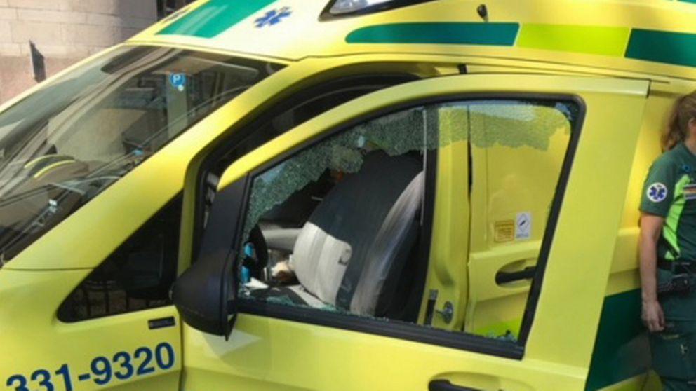Ambulansman fast i trasig hiss
