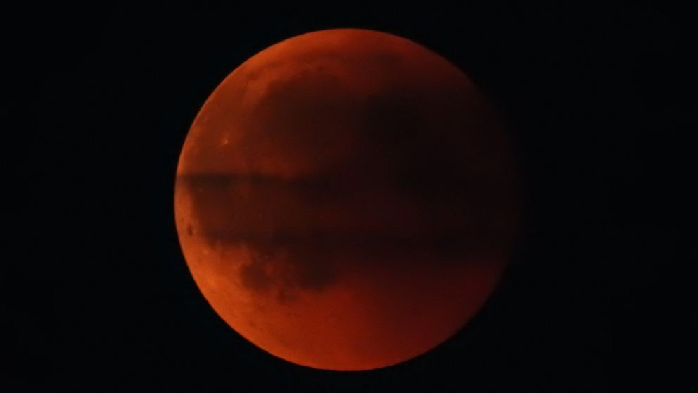 En stor blodröd måne.