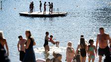 Folk som badar vid Tantobadet på söder i centrala Stockholm.