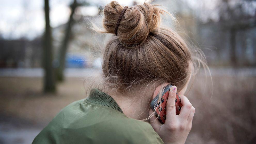 Kvinna pratar i mobiltelefon.