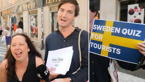 """En turist från Israel, SVT:s reporter Torbjörn Averås Skorup och en skylt med texten """"Sweden quiz for tourists"""""""