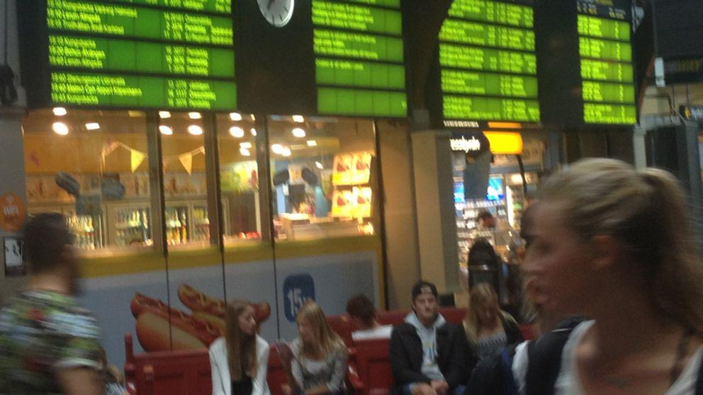 Tågförseningar. Människor väntar på tåg.