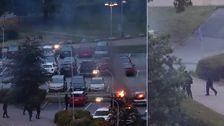 Ett ögonvittnes bilder på svartklädda personer som tänder eld på bilar och sedan springer från platsen.