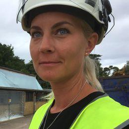 Michell Leonhardt Persson är miljökonsult på den firma som gör en asbestsanering på Laröds skola. Hon vittnar om att många i byggbranschen sanerar utan att göra det på rätt sätt. Något som ger fuskarna en konkurrensfördel, menar hon.