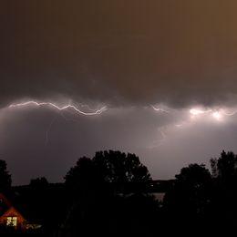 En bild från nattens åskväder. Bilden är tagen kl 03.50 2018-08-09, från Djursholm, i riktning mot Lidingö.
