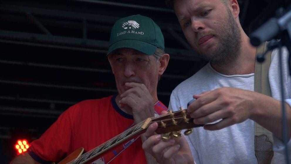 Doug Seegers soundcheckar inför konserten i Västerås.