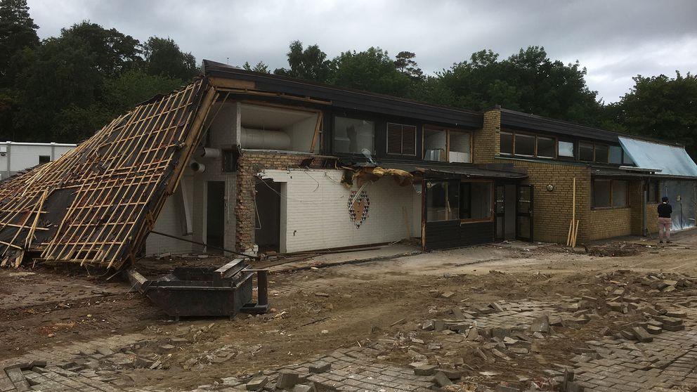 En del av Laröds skola som håller på att rivas. Den bortre delen asbest saneras innan den ska rivas.