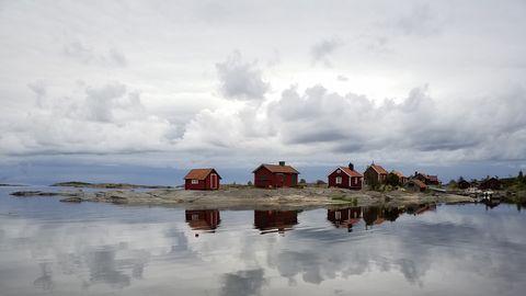 18-tiden ute på Röder – Norrskärgården (Innanför Svenska stenarna). När en vind lägger sig, och innan en annan börjar blåsa, kan havet bli som siden för en liten stund, 14 augusti