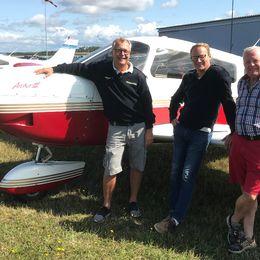 Från vänster: Janne Andersson (ställföreträdande flygchef för FFK i Halland), Patrik Carlsson (pilot i Varberg) och Lennart Persson (samordningsansvarig för brandflyget i Halmstad). Här står de på flygfältet i Halmstad.