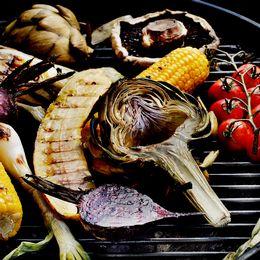 Grillade grönsaker och en skylt med grillförbud