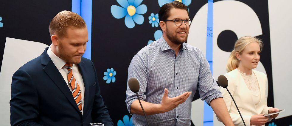 Foto på Jimmie Åkesson och partiets nya talespersoner Henrik Vinge och Ebba Hermansson.