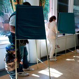 Väljare i vallokal inför EU-valet 2009