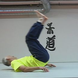 dubbelbild: man som faller på rygg med benen i vädret, kvinna i halvfigur – båda i gul t-tröja