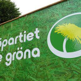 Miljöpartiets logotype på valstuga på Stortorget i Örebro