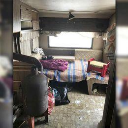 En av husvagnarna i lägret där tiggarna misstänks ha tvingats att bo.