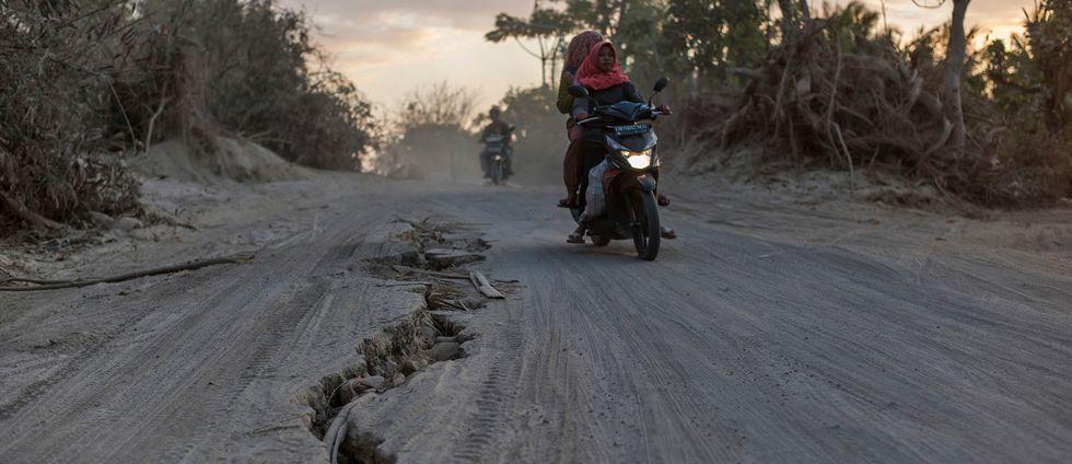 Skador på en väg på Lombok. Bilden är tagen efter den kraftiga jordbävningen tidigare i augusti.