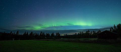 Nu har norrskensäsongen startat! Bilden är tagen natten mellan söndag-måndag nu i natt i Fullsjön i Jämtland. Hade sällskap av en liten rävunge som jag fångade på film som man skymtar i mörkret