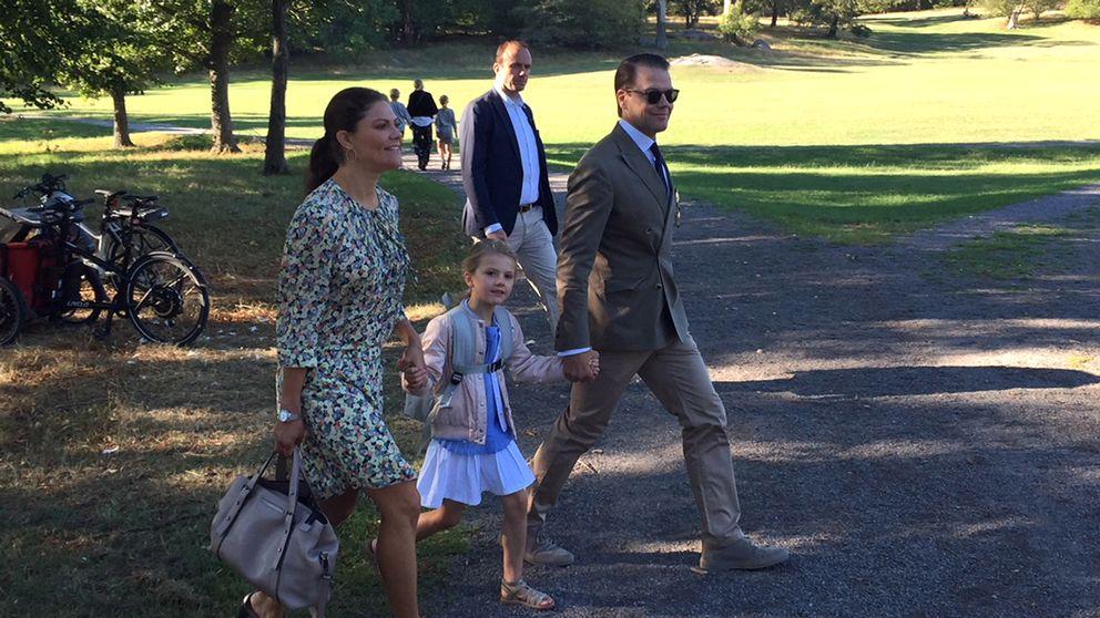 Kronprinsessan Victoria, prinsessan Estelle och prins Daniel på Estelles första skoldag.