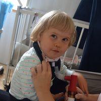 Matilda får luft genom ett rör, en så kallad track.