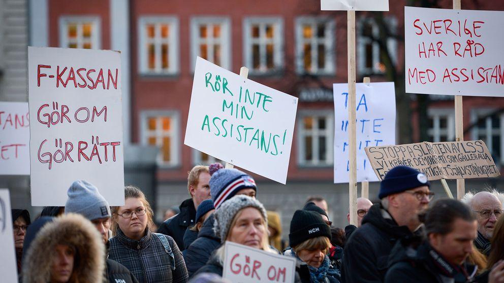 Personer som demonstrerar för rätten till personlig assistans.
