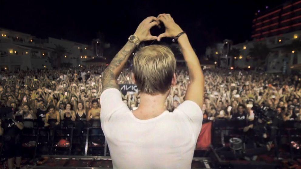 Avicii tackar sina fans framför scenen under ett av sina många framträdanden, under fredagen kom beskedet att den 28-årige artisten är död