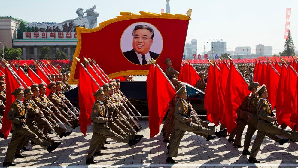 Foto på koreanska soldater i paraden på 70-års jubileumet för Nordkorea. På bilden syns även en bild i paraden på Nordkoreas högsta ledare Kim Jong-Un