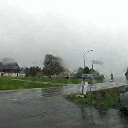 Genom en regnig bilruta i Hedekas, Munkedal på väg mot vallokalen.
