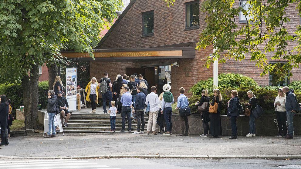 Politi passer på køen utenfor den svenske ambassaden i Oslo. Svensker stemmer til riksdalsvalget i Sverige.