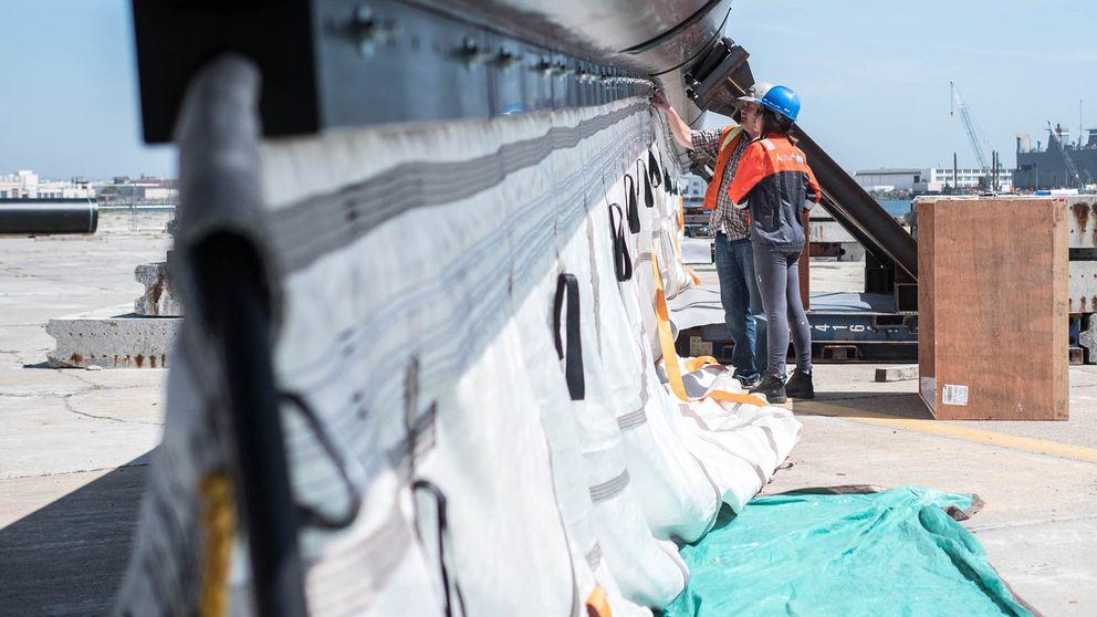 Under barriären hänger en sorts gardiner som ska hjälpa till att samla in det flytande plastskräpet.
