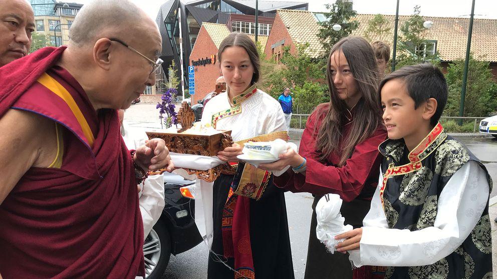 Tenzin Lodoe Choedon berättar att hon rest med sin mamma och tvillingsyster till Malmö för att träffa Tibets andliga ledare.