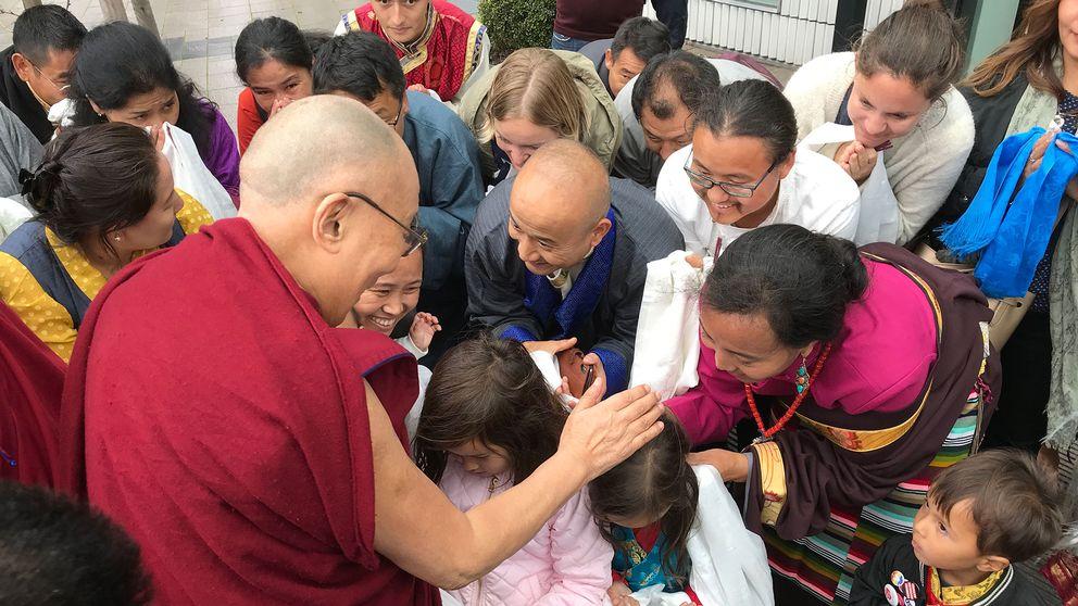 Många exiltibetaner samlades i Malmö för att hälsa Dalai lama välkommen till Skåne.