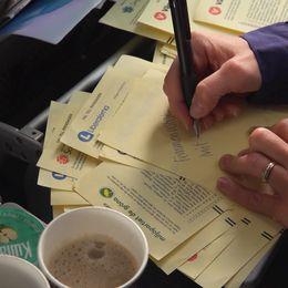 Skriver man en partibeteckning med ett annat partinamn redan tryckt på valsedeln blir rösten ogiltig.