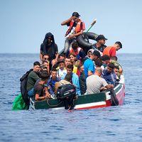 De här människorna räddades av den spanska kustbevakningen nyligen. Hittills i år har 33000 migranter och flyktingar anlänt till Spanien.